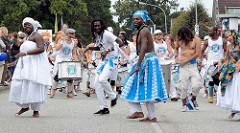 Die Sambagruppe Badauê präsentieren braslianische Rhythmen auf dem Straßenfest an der Ulzburger Straße in Norderstedt.