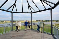 Aussichtsplattform - Blick über die Elbe bei Arneburg; Touristen.