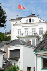 Villa mit Hamburg Flagge - Wohnhäuser im Treppenviertel von Hamburg Blankenese.