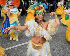 Samba Musik und Tanz beim Umzug auf dem Norderstedter Straßenfest  / Ulzburger Straße
