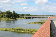 Blick von der Festung Küstrin / Kostrzyn - Polen - auf die Oder und Oderbrücke.