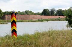 Blick über die Oder zur Festungsanlage Küstrin - deutscher Grenzpfahl. / Kostrzyn - Polen,