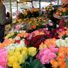 Blumenstand mit Rosen und Herbstblumen auf dem Landmarkt / Herbstmarkt von Hamburg Bergedorf.