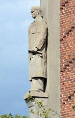 Figurenschmuck am Wasserturm in Genthin, Ingenieur - Bildhauer Bernhard Schmitt.