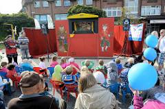 Kasperle Theater mit ZuschauerInnen auf dem Straßenfest an der Ulzburger Straße in Norderstedt.