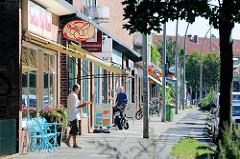 Ladenzeile mit kleinen Geschäften / Einzelhandel  im Hamburger Stadtteil Barmbek/Süd  - Weidestraße.