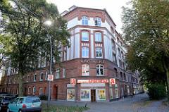 Gebäude der sogenannten PRO-Burg im Quarre Schleidenstraße, Brucknerstraße, Ortrudstraße, Lohkoppelstraße in Hamburg Barmbek-Süd. Das Wohnhaus wurde 1905/06 von der Konsumgenossenschaft Produktion für ihre Mitglieder errichtet und steht seit 2008 unt