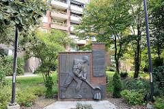 Denkmal für das Alte Eisenwerk, das Anfang der 1970 anstelle der Wohnungen am Billebogen in Hamburg Lohbrügge stand. Inschrift Eisen giesen, Maschinen bauern, hart arbeiten, um leben zu können.