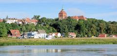 Blick von der Elbe auf das Panorama der Stadt Arneburg - Kirchturm.