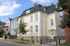 Stadtvilla mit weiß abgesetzten Säulen - Fassadendekor; Architektur in Hamburg Lohbrügge.