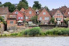 Historische Fachwerkhäuser und Wohnhäuser Lauenburgs am Ufer der Elbe.
