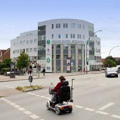 Blick über den Lohbrügger Markt zur Alten Holstenstraße in Hamburg Lohbrügge - Gebäude mit halbrunder Fassade - Praxis Klinik Bergdorf.