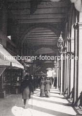 Altes Foto von den Hamburger Alsterarkaden - Passanten / Mann mit Melone und Stock - Frauen mit Hut und langen Kleidern - Cigarrengeschäft.