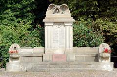 Denkmal an die Gefallenen vom I. Weltkrieg - Adler mit ausgebreiteten Schwingen, Inschrift Vergiss mein Volk die treuen Toten nicht. Gedenktafel an die Deutschen Heimatvertriebenen.