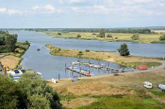 Blick auf die Elbe und den Sportboothafen / Marina von Arneburg - Stellplatz für Wohnmobile am Wasser.