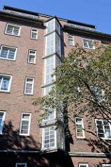 Architektur des Neuen Bauens / spitz zulaufende Verglasung / Treppenhausfenster - Backsteinarchitektur in der Sentastraße.