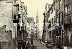 Historisches Foto der Kathrarinenstraße in der Altstadt Hamburgs - Kirchturm der St. Katharinenkirche.