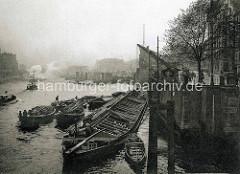 Alte Fotografie vom Hamburger Zollkanal bei den Mühren -  ein Elbkahn liegt an der Kaimauer - die Beladung erfolgt üer längsseits liegende Schuten.