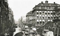 Historische Aufnahme vom Herrengrabenfleet in der Hamburger Neustadt - Hausboote ud Schuten im Fleet; ein Ewerführer stakt das Schiff auf dem Wasser. Re. das Gebäude vom Alten Waisenhaus, erbaut 1785 - Architekt Johannes Koop.