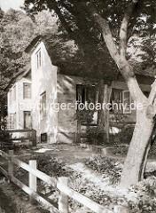 Altes Bild vom Strandweg in Hamburg Blankenese - reetgedeckte Wohnhäuser mit Vorgarten - Holzzaun.
