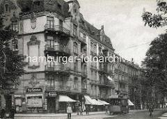 Alte Fotografie vom Grindelberg in Hamburg Rotherbaum - mehrstöckige Wohnhäuser mit Geschäften / Markisen, Grindelberg Drogerie / Parfümerie Carl Niebuhr; Strassenbahn Linie 20 nach Barmbek.
