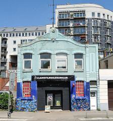 Historische Architektur an der Strasse St. Pauli Fischmarkt. Im Hintergrund ein mehrstöckiger Neubau mit Balkons.
