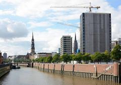 Baustelle der ehem. Spiegelgebäude an der Brandstwiete in der Hamburger Altstadt - Blick über den Zollkanal zur Kornhausbrücke und der St. Katharinenkirche.