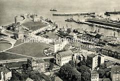 Historische Luftansicht / Flugbild von den Hafenanlagen in Cuxhaven.