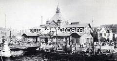 Historische Architektur Hamburgs - Fischauktionshalle am St. Pauli Fischmarkt; c.a 1898. Ein Pferdefuhrwerk steht auf der Kaistrasse bei der Treppe zum Anleger.