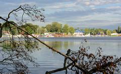 Abendstunden am  Seddinsee - Blick auf den Berliner Ortsteil Schmöckwitz am Seeufer.