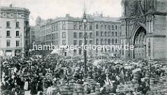Altes Bild vom Markttreiben auf dem Hopfenmarkt vor der Hamburger Nikolaikirche.