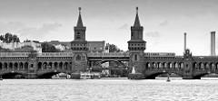 Blick von der Spree auf die Berliner Oberbaumbrücke, die die Ortsteile Kreuzberg und Friedrichshain verbindet. Erbaut 1895 - die Türme haben eine Höhe von 34 m.