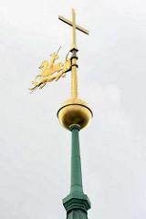 Kirchturmspitze - Wetterfahne der Hl. Dreieinigkeitskirche in Hamburg St. Georg - Hl. Georg auf dem Pferd bekämpft den Drachen mit einer Lanze.