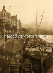 Historisches Bild aus der Hamburger Altstadt - Ewer / Frachtschiff an den Kaianlagen vom Zollkanal / Binnenhafen.