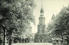 Historische Aufnahme von Hamburg St. Georg - Dreieinigkeitskirche / Wohnhäuser.