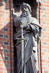 Steinskulptur  Paulus an der Fassade der Sankt Petrikirche in der Hamburger Innenstadt; Entwurf / Bildhauer August Herzig u. Fritz Neubert.