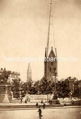 Alte Ansicht vom Hamburger Rathausmarkt - Denkmalanlage von Kaiser Wilhelm I.; Kirchtürme von St. Petri und St. Jacobi an der Mönckebergstraße.