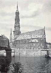 Altes Bild vom Zollkanal und der Hamburger St. Katharinenkirche - lks. die Jungfernbrücke, im Hintergrund der Kirchturm der St. Nikolaikirche.