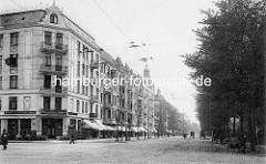 Historischer Blick in die Hoheluftchaussee in Hamburg Hoheluft - mehrstöckige Wohnhäuser mit Mietswohnungen; Die Gaststätte Hohelufter Stern bietet Märzen und Winterhuder Pilsener an - Karren und Pferdefuhrwerke auf der Straße.