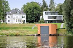 Villen am Ufer vom Griebnitzsee in Potsdam / Babelsberg; modernes Bootshaus.