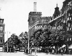 Altes Foto der Hamburger Straße in Hamburg Barmbek, in der Bildmitte das Gebäude vom Warenhaus / Kaufhaus Karstadt.