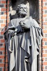 Steinskulptur  Petrus an der Fassade der Sankt Petrikirche in der Hamburger Innenstadt; Entwurf / Bildhauer August Herzig u. Fritz Neubert.