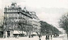 Altes Bild aus Hamburg St. Georg - Gründerzeitarchitektur; Hotel Schadendorf - Passanten und Pferdekutsche auf der Straße.