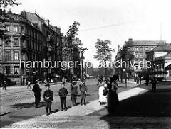 Historisches Hamburg Barmbek, Kinder stehen am Straßenrand der Hamburger Straße - mehrstöckige Mietswohnungen.