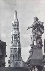 Altes Foto vom Kirchturm der Hamburger St. Katharinenkirche - Skulptur am Portal der Kornhausbrücke.
