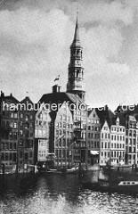 Speicher und Kontorhäuser am  Fleet in der Hamburger Altstadt - Kirchturm der St. Katharinenkirche.
