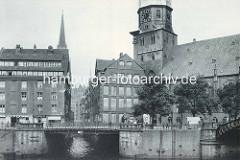 Mündung des Steckelhörnfleets in der Hamburger Altstadt - re. die Katharinenkirche und die  Jungfernbrücke über den Zollkanal.