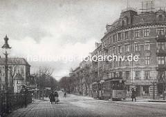 Altes Bild aus Hamburg Hoheluft - Blick von der Brücke über den Isekanal in die Hoheluftchaussee - Gaslaterne am Brückengeländer, dahinter eine Litfaßsäule - eine dichtbesetzte Straßenbahn and der Haltestelle.