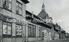 Alte Bilder vom St. Pauli Fischmarkt - Fischauktionshalle. Fischkisten stehen aufgestapelt vor dem Gebäude.  Der Hamburger Fischmarkt wurde in seiner ursprünglichen Bedeutung auf dem Alten Fischmarkt in Hamburg-Altstadt betrieben. Erst in den 70e