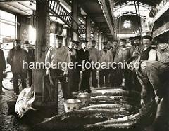 Arbeiter mit Fischen in der Fischauktionshalle Altona.